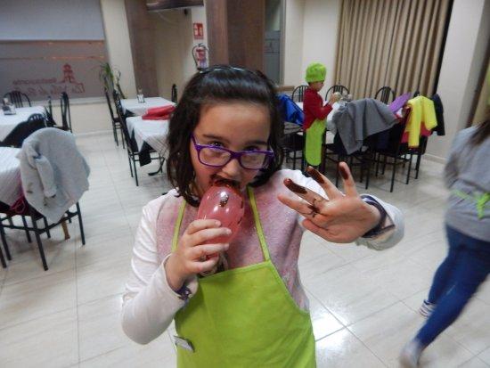 Bullas, Espanha: Haciendo globos de chocolate con nuestros pequeños cociner@s