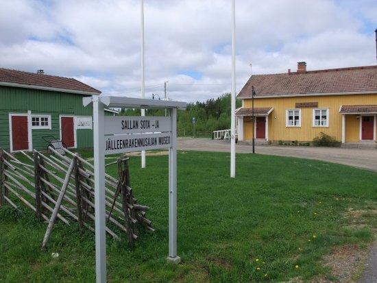 Sallan sota- ja jälleenrakennusajan museon sisäänkäynti keltaisen rakennuksen päädystä