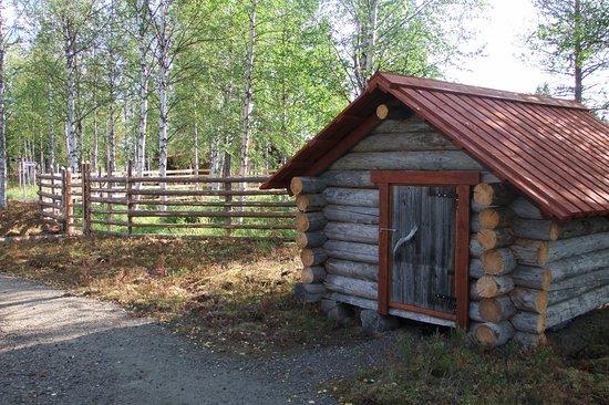 Salla, Suomi: Ulkonäyttelyalueelta löytyy paljon nähtävää, tässä porokämppä ja poroaita.
