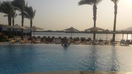 ฮิลตันลักซ์ซอร์รีสอร์ท & สปา: Vista desde el bar de piscina hacia el Nilo