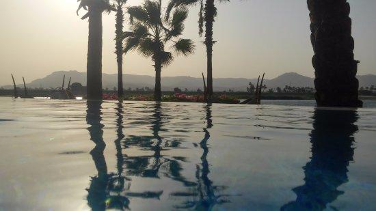 """ฮิลตันลักซ์ซอร์รีสอร์ท & สปา: piscina """"infinity"""" con vista al Nilo y montañas"""
