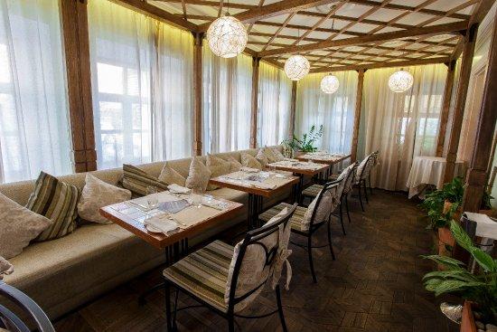 Интерьер зала ресторана на первом этаже