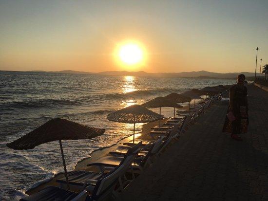 Gumuldur Resort Hotel: Denize sıfır otelimizin plajında güneşin batışını keyifle izleyebilirsiniz.