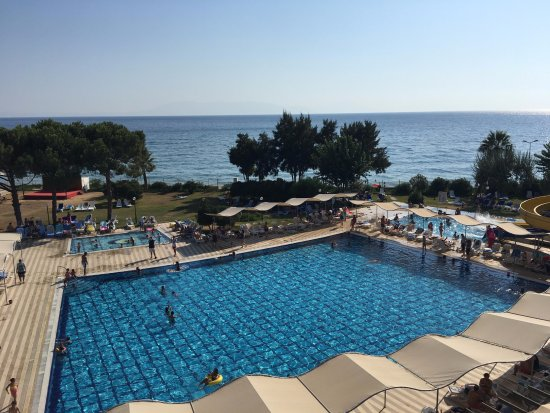 Gumuldur Resort Hotel: Delux odalarımızın olduğu bloktan havuz ve deniz manzarası