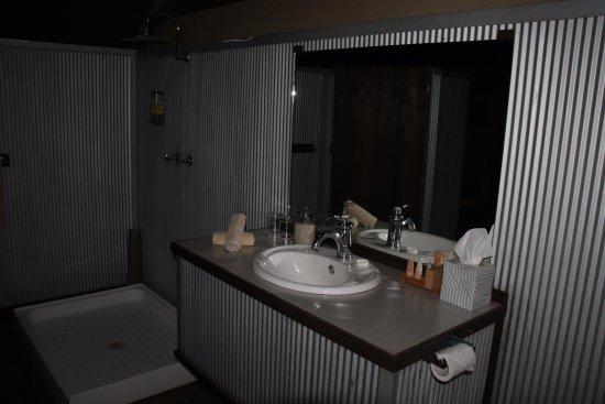 Bungle Bungle Wilderness Lodge: Una bella doccia per togliersi la terra rossa dalla faccia...