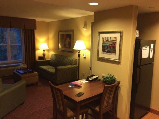 Homewood Suites by Hilton Portland: Kitchenette & living room