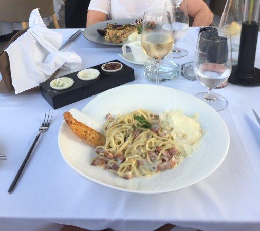 Sage Restaurant & Wine Bar : Pasta Carbonara och husets vita vin