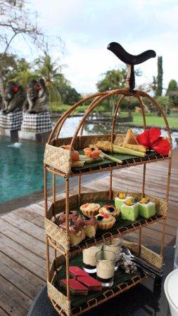 The Chedi Club Tanah Gajah, Ubud, Bali – a GHM hotel: Afternoon tea près de la piscine