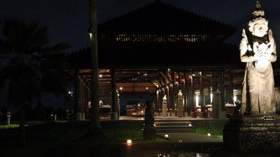 The Chedi Club Tanah Gajah, Ubud, Bali – a GHM hotel: Le soir, le restaurant est illuminé de bougies