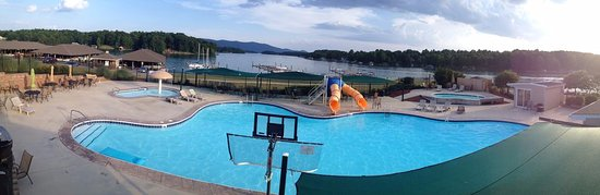 Huddleston, VA: The Pointe pool located outside of the condos overlooks the lake to provide a fun and relaxing t