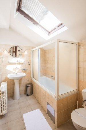 Parkhotel Brno: Standard class bathroom