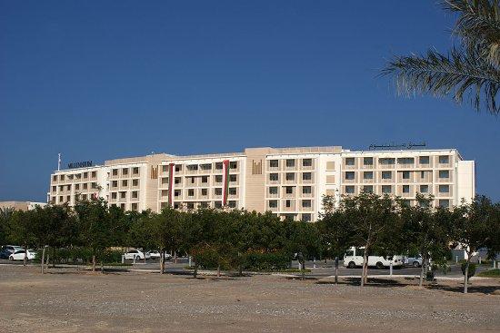 Al Mussanah, Oman: Budynek od strony parkingu