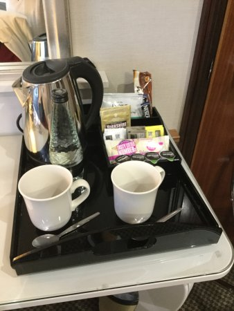 Cedar Court Hotel: Not so luxury tea and coffee making facilities for 2!