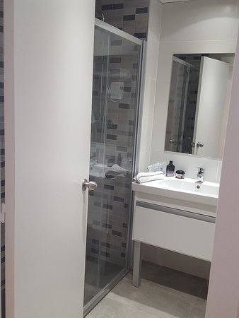 Salle de bain avec grande douche neuve - Picture of MedPlaya Hotel ...