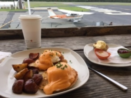 Hangar B Eatery : Sitting outside viewing the planes