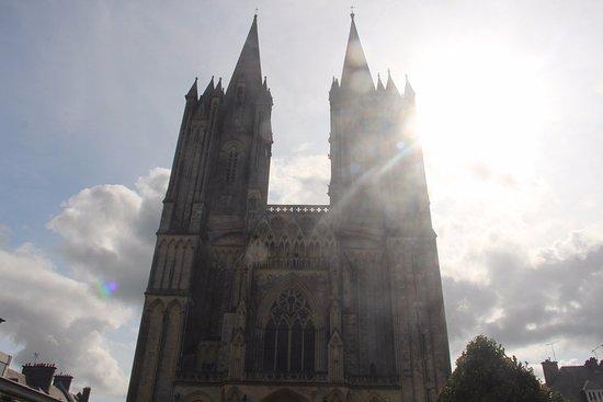 Cathédrale de Coutances : soleil et contre jour ... les anges sont là