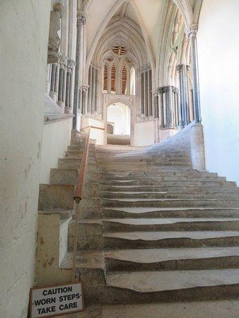 Wells Cathedral : WELLS, LA CATHEDRALE - Les escaliers usés menant à la salle capitulaire