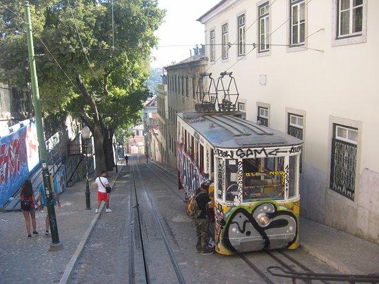 """Pensao Londres: Недалеко от отеля трамвай """"Глория"""".-подъёмник."""