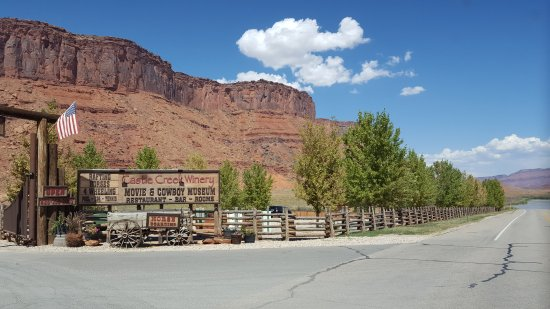 Red Cliffs Lodge: Picturesque cliffs