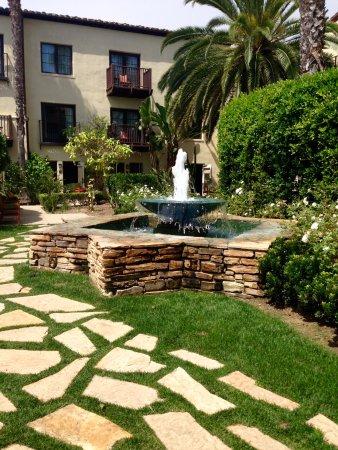 Estancia La Jolla Hotel & Spa: In the large courtyard