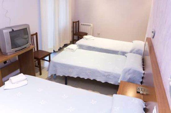 La Fuente de San Esteban, Spain: habitación triple con baño, Hotel casa de juanjo