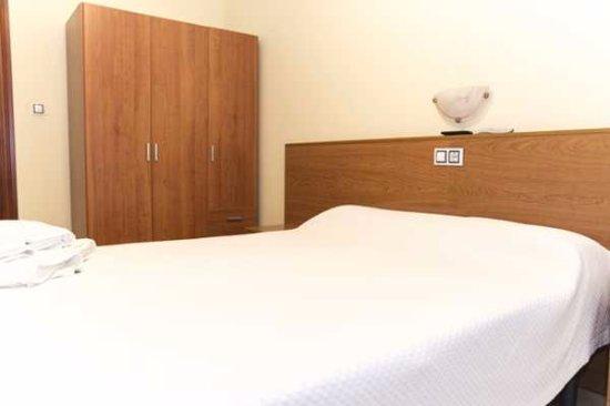 La Fuente de San Esteban, Spain: habitación doble cama matrimonio con baño completo