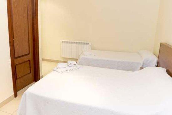 La Fuente de San Esteban, Spain: habitación triple, cama individual y doble con baño completo