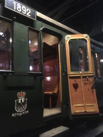 Aumuhle, Germany: Ein ca. 120 Jahre alter Abteilwagen 3. Klasse mit Toilette, die Übungsschalttafel im Stellwerkwa