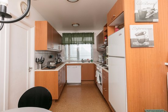 Borgarnes, Island: Fully equipped kitchen at Blómasetrið Guesthouse