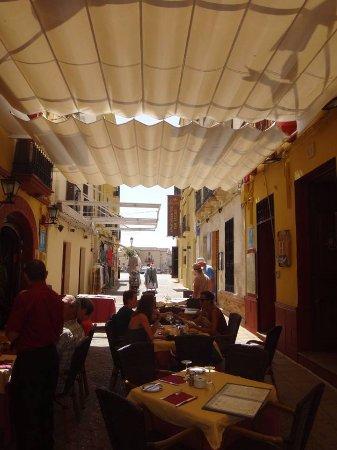 Restaurante Don Javier: Dans une rue calme et ombragée, mais...