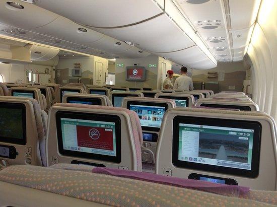 Intérieur de l\'A380 avec les Écrans multimedia - Picture of Emirates ...