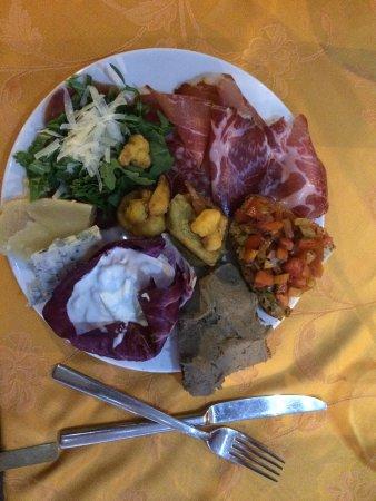 Cantalupo, Italia: Wat een feestje om hier te eten. Goed verstopt vanaf buiten. Maar eenmaal binnen is geweldig.