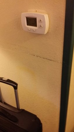 Country Inn & Suites by Radisson, Newport News South, VA: Grime in low light....can't even see the dirty fingerprints on the walls