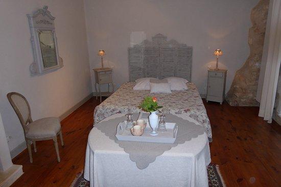 chambre décorée avec raffinement - Picture of La Forge, Rustrel ...
