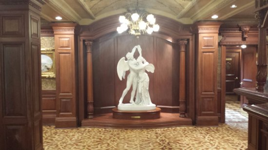 Prince of Wales: Statues in the lobby