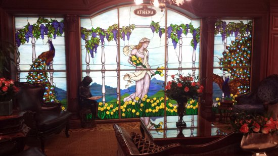 Prince of Wales: Beautiful stained glass in the lobby