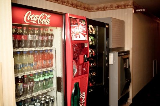 GuestHouse Inn & Suites Tumwater: Soda and vending machines as well as ice machine located on ground floor