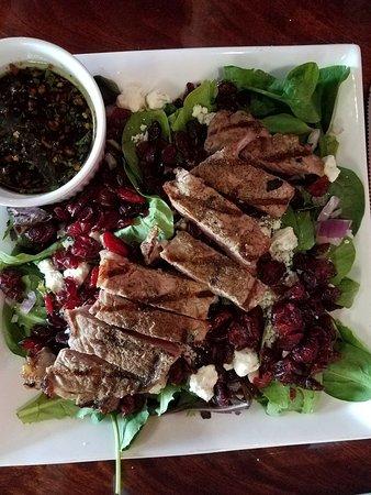 Marysville, CA: Steak salad w/housemade balsamic dressing - OMTASTY!!