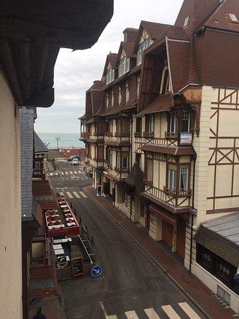 Hotel des Falaises : Vue (penchée) de la mer depuis la chambre