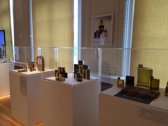 "Roslyn, État de New York : Display in ""Glamour Icons: Perfume Bottle Design"" exhibit."