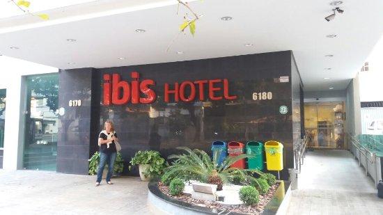 Ibis BH Savassi: em frente ao hotel