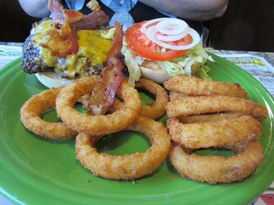 New Castle, بنسيلفانيا: Hugger-Mugger Bacon Cheeseburger with Onion Rings