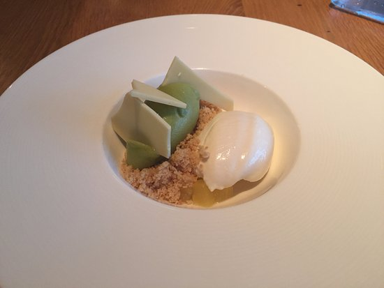 Chetek, WI: Dessert: vanilla poached pineapple, coriander shortbread, yogurt mousse and lemongrass sorbet. Y