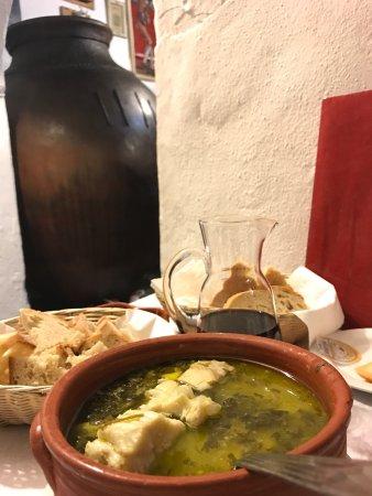 Mourao, Πορτογαλία: Excelente restaurante de esmerada cozinha tradicional, o vinho ainda fermenta nas enormes talhas