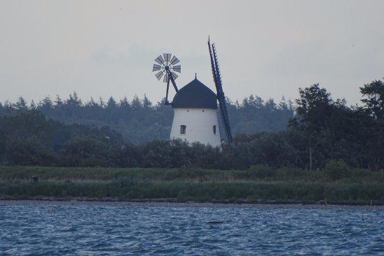 Bogense, Denmark: vanuit de kamer uitzicht op het APPEL eiland. deze molen is met telelens genomen