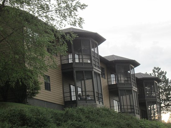 Falls Village Resort: Outside of the building showing the screen enclosed balconies