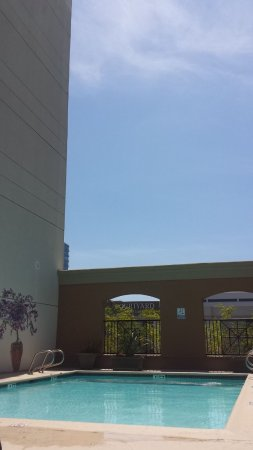 DoubleTree by Hilton Hotel Santa Ana - Orange County Airport: Pool area
