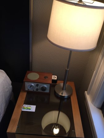 Hotel Max: Alarm clock, outlet and lamp with earplugs for the noise