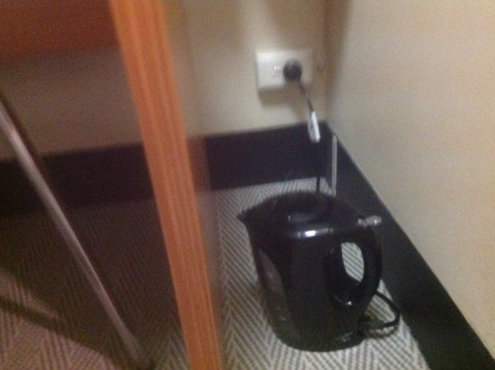 Mercure Welcome Melbourne: Boiling a kettle