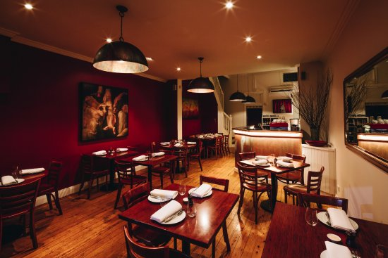 Blackheath, Αυστραλία: warm rich cinnabar tones envelope you for an evening of flavour rich cuisine and conversation
